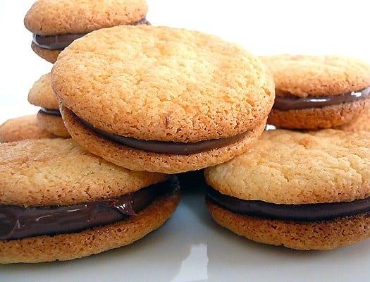 almond-macarons-group