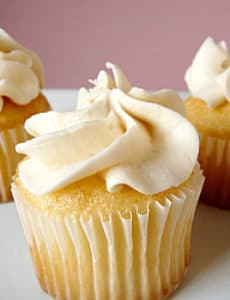 vanilla-cupcakes-frosting-250