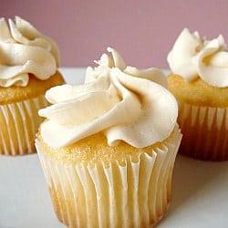 vanilla-cupcakes-frosting-250