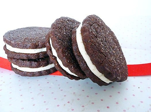 chocolate-sandwich-cookies-homemade-oreos-group