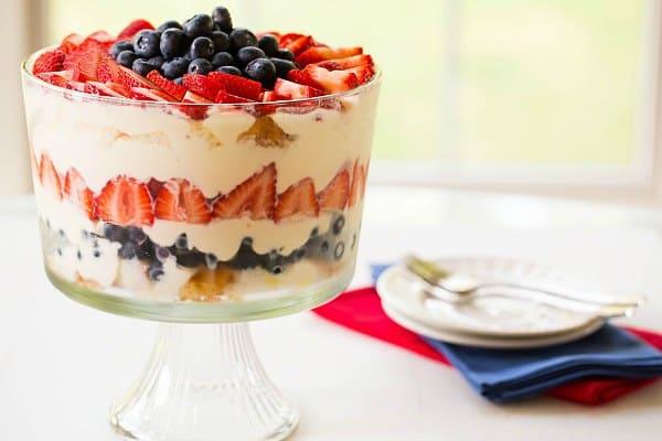 Bagatela de frutas vermelhas, brancas e azuis de Brown Eyed Baker :: www.browneyedbaker.com