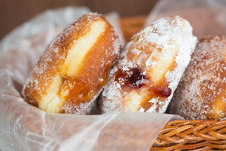 Paczki lined up in a basket.