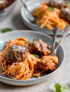 A plate of spaghetti and meatballs.