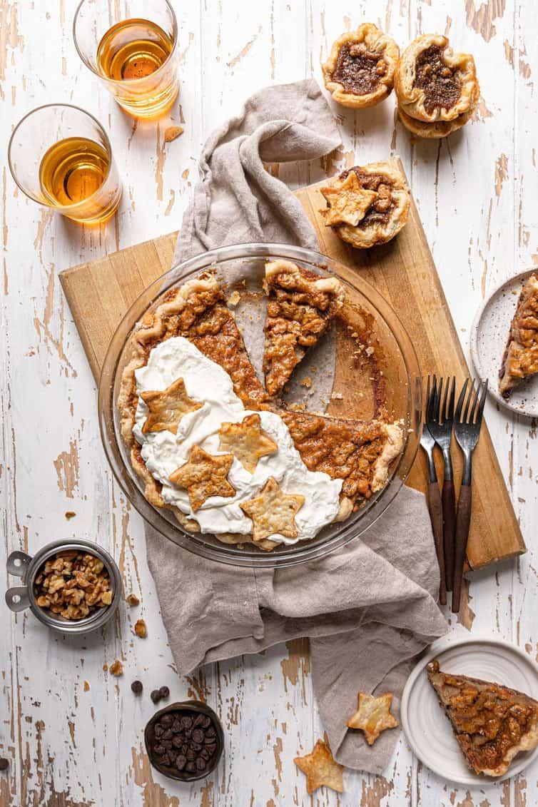 Photo aérienne d'une tarte fderby avec plusieurs morceaux tranchés.