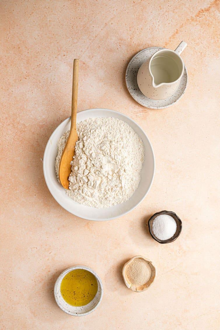 Ingredientes para pão sírio preparado em tigelas.