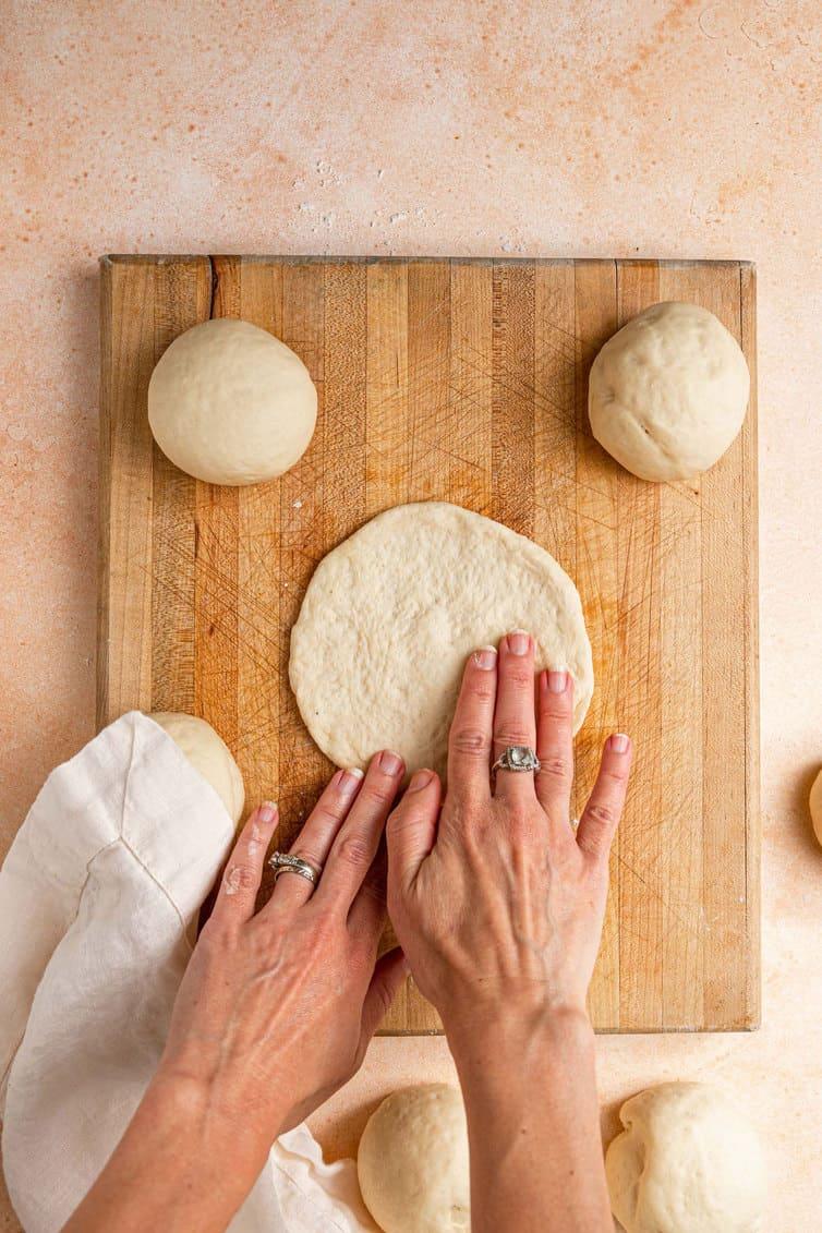 Moldar a massa pita em um círculo plano.