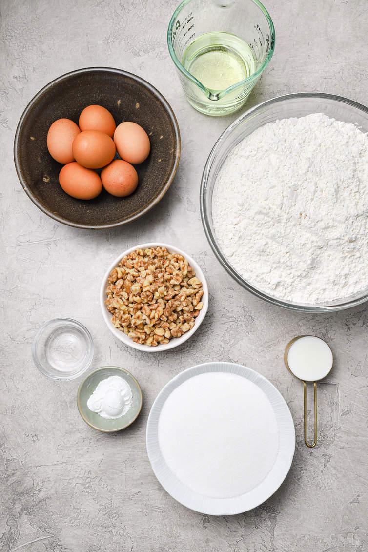 Ingrédients pour biscotti préparés dans des bols.