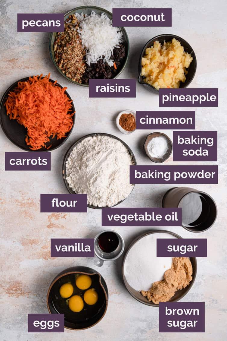 Ingredientes para bolo de cenoura preparados e rotulados.
